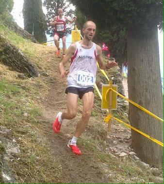 Lukas Gärtner bei der Berglauf EM in Arco bei einer steilen Bergab-Passage (Foto: Helmut Schmuck, team2012.at)