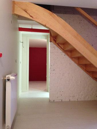 Escalier sur mesure, escalier bois, mur peint, mur brique peint, tuyaux Beaubourg, rouge, blanc