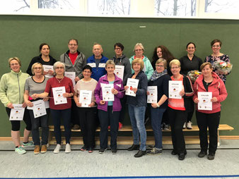Teilnehmer und Teilnehmerinnen nach Kursende mit ihren Urkunden zur erfolgreichen Teilnahme sowie TuS-Übungsleiterin Karin Götemann und Anja Voß (Fresena Apotheke). Es fehlen Daniel Schipper (TuS Übungsleiter) und Jutta Breiden (Fresena Apotheke).