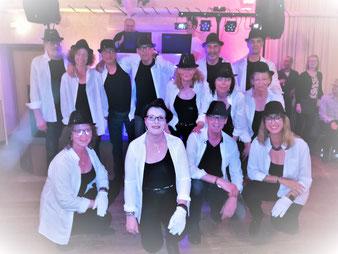 13 Vereinsmitglieder, die eine Michael Jackson-Choreografie vorführten