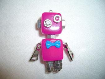 樹脂で作ったロボット型アクセサリー
