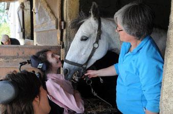 Maryline aime le tête à tête avec le poney pendant les séances de thérapie avec le cheval.