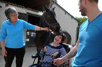 Julie est très souriante pendant pendant les séances de thérapie avec le cheval.