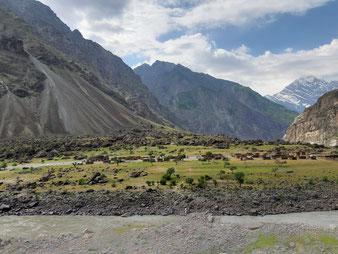 Die Dörfer auf der afghanischen Seite des Flusses verzaubern einen durch ihre karge Schönheit.