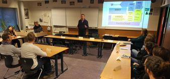 Ruud Plazier (l.), Taco Hofland und Reina Koostra stellen das Schulsystem in den Niederlanden vor.