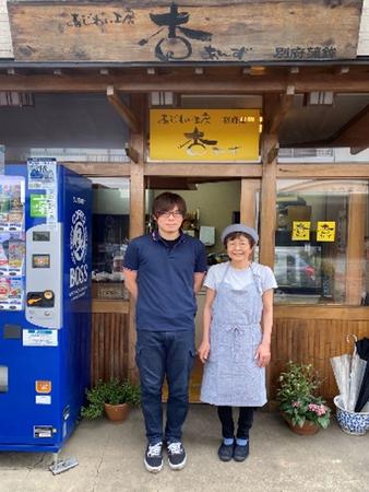 お店の前で清田社長と専務の光さんの写真