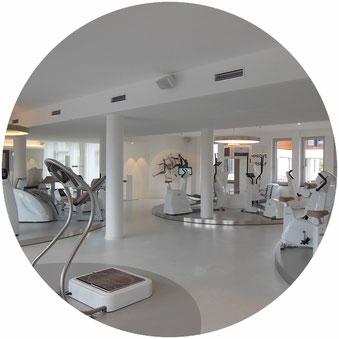Reinigung von Fitnessstudios, Studio mit weißen Geräten