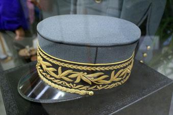 General Guisans Mütze; damals im Hotel Adler, heute im Armeemuseum. Wiki Commons.