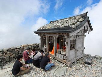 雄山山頂の雄山神社にて参拝