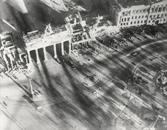 Brandenburger Tor, Berlin 1945-1946, Silbergelatineabzug/gelatin silver print 9,1 x 11,7 cm © Hein Gorny / Adolph C. Byers - Collection Regard