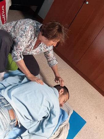 Christine offre un massage  shiatsu à T.