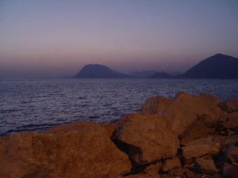Das Muster eines Traumas lösen und wieder frei sein. Der Blick auf das Meer in Griechenland ist ein Symbol dafür.