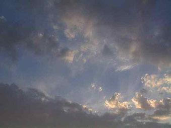 """""""Die Sonne kommt hinter den Wolken hervor"""". Foto von Tino"""