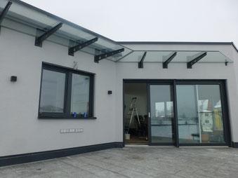Vordach mit Stahlkonsolen lackiert