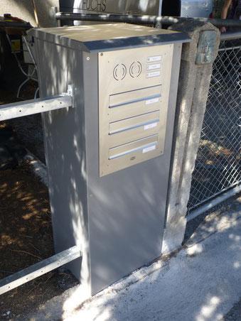 Postkasten mit Klingeltaster und Gegensprechanlage