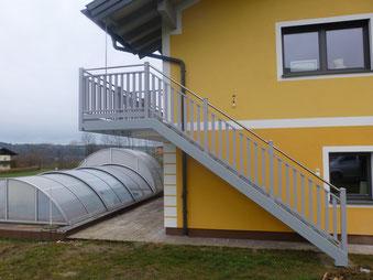 Stahltreppe lackiert mit Aluminiumgeländer und Edelstahlhandlauf