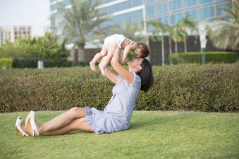 元気な産後女性と赤ちゃん