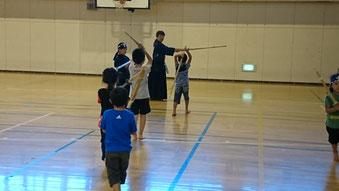 剣道体験をする子どもたち