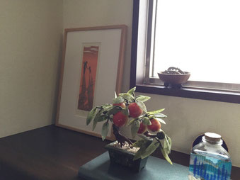 作品の夕焼けのオレンジとそのお隣の植物の実の色と合ってますね。
