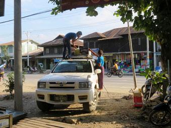4WDの屋根に荷物を積む(10月23日)。