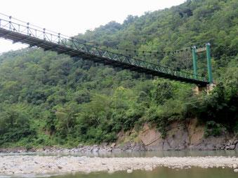 マニプール川に架かる吊り橋(10月26日)。