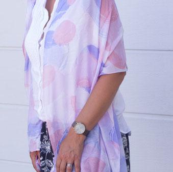 Frau mit Stola in Pastelltönen