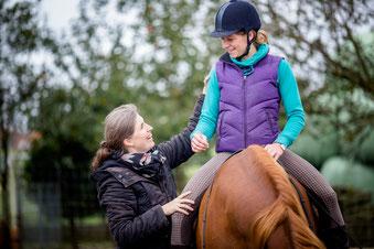 Alexander-Technik und Reiten. Durch leichte Berührungen und Informationen zum Körper und seiner Koordination lernst du losgelassen und balanciert im Sattel zu sitzen und gelangst so zu größerer Harmonie mit Deinem Pferd.