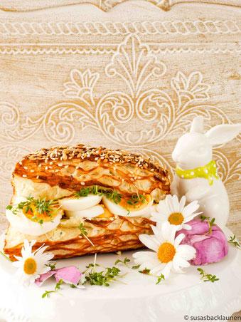 Laugenecke mit Kräuterbutter, Ei und frischer Kresse
