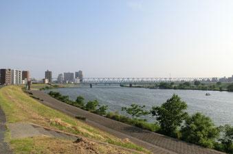 塾の目の前の土手を上がるとすぐ江戸川が見えます。