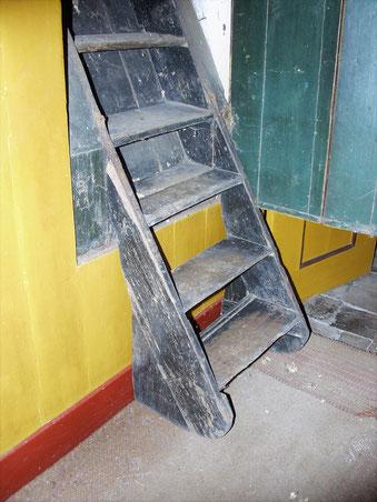 Weggewerkt achter een kastdeurtje: de 19de-eeuwse voorloper van de vlizotrap.