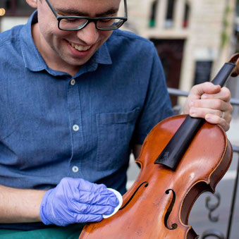 Eine regelmäßige Lackreinigung ist ein wichtiger Beitrag zur Instandhaltung des Instruments.