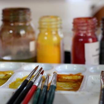 Einige Pigmente und Pinsel, die bei der Lackretusche zum Einsatz kommen.
