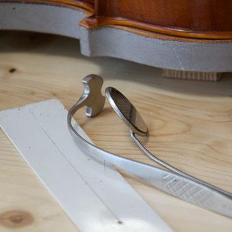 Ein Stimmsetzer und weitere Werkzeuge, die für eine Klangeinstellung unverzichtbar sind.