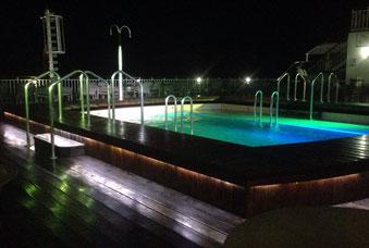 Swimmingpool am Heck des Schiffes bei angenehmen 21 Grad in der Nacht