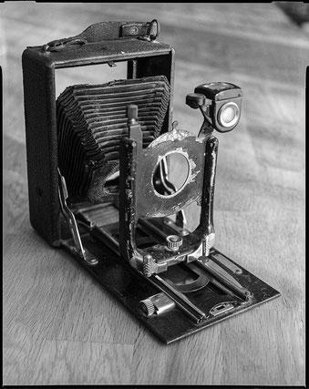 Die alte Schrottkamera, fotografiert mit ihrem eigenen Objektiv an einer Sinar F, Foto: bonnescape.de