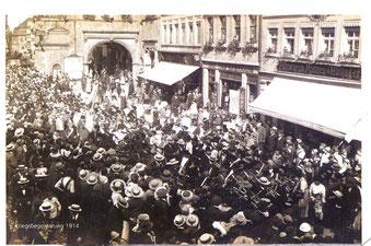 Kriegsbegeisterung auf dem Marktplatz 1914 - bitte vergrößern!