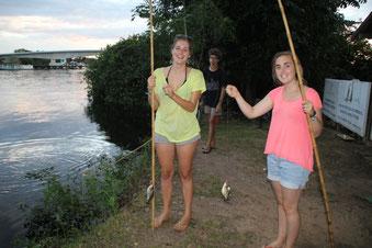 Marion et Camille avec leurs piranhas