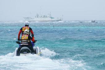 川平湾から石垣市消防本部の水上バイクが救助に向かい、座礁船船員を救出した=27日午後、吉原沖