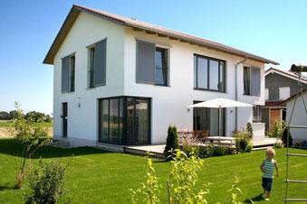 Die Fenster und Terrassentüren von Kneer-Südfenster sind serienmäßig mit Pilzzapfen ausgestattet, die in der Vorrichtung im Rahmen einrasten – sie lassen sich nicht einfach aufhebeln. Fotos: Kneer-Südfenster