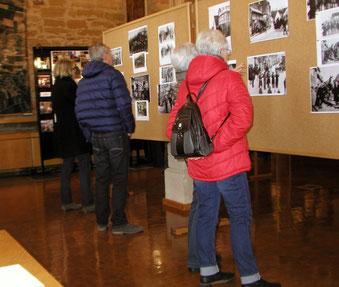 Besucher der Lichtmessausstellung im Rathaus