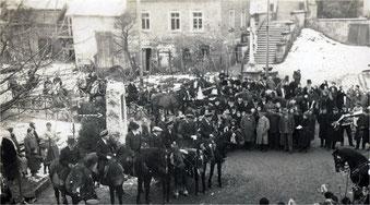 Das Sickinger Kriegerdenkmal stand ursprünglich an der Kreuzung Kürnbacher- und Franz von Sickingen-Straße. Das Foto zeigt die Glockenweihe von 1927.