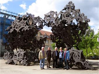 In der riesigen Skulptur auf dem Vorplatz des ZKM verbergen sich über 40 Lautsprecher