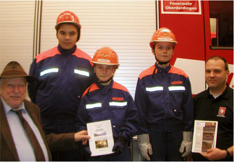 Übergabe der Rundbriefe in der Feuerwehr, v.l. E. Breitinger, Burak Atalay, Moritz Kögel, Joshua Leimkötter, M. Wöhrle