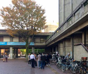 ☆世田谷区役所第一庁舎の対面には行列が。