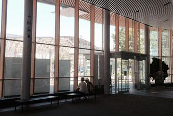 ☆館内から武蔵小金井駅舎を見たところ。