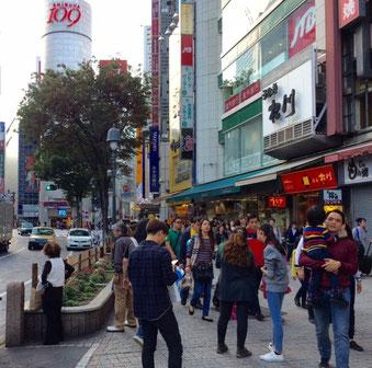 ☆写真正面にShibuya 109。右手の通りの対面1階が靴のアディダスの入っているハイマンテンビル6階。