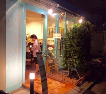 ☆会場は小田急線豪徳寺駅から徒歩1~2分。さくら茶屋さん。右手にピアノがあり。左手はカウンターになってバーのようです。
