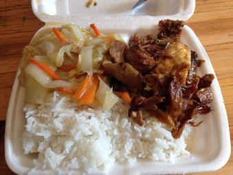 Eine kleine Portion Ingwer-Ente von glücklichen Enten mit etwas gedünstetem Gemüse, viel Ingwer und einem Stück gedünstetem Tofu. Ein tolles Mittagessen für 12 RMB.