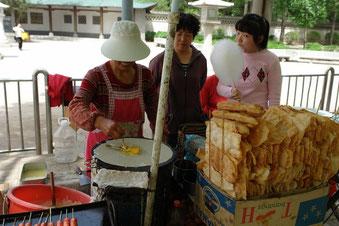 Jian Bing (煎饼) am Straßenrand in Xian in Nordchina. Wenn man als Ausländer einen Jian Bing bestellt, dann kommt man um einen kleinen Smalltalk nicht herum.