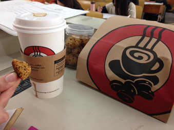 Kaffee und Kekse, auch Obst. Die Erste-Hilfe-Ausrüstung für lange Tage der Prüfungsaufsicht.
